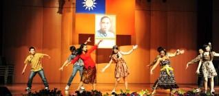 Mahasiswa HI Binus menampilkan tarian Indonesia di ChengShiu University