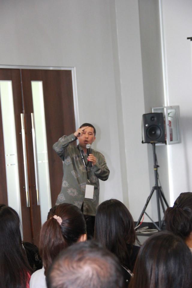 Prof. Yanyan M. Yani, MAIR, PhD memberikan pemaparannya dalam sesi pertama simposium ICOBIRD 2013