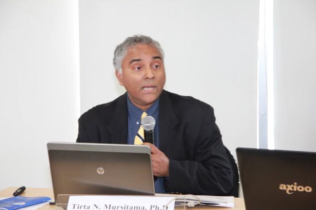 Professor Leonard Sebastian dari RSIS memberikan pemaparannya di simposium ICOBIRD 2013