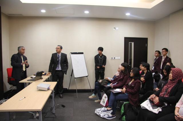 Mahasiswa HI Binus menyimak pemaparan Prof. Leonard Sebastian