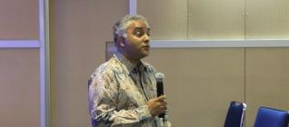 Professor Leonard Sebastian dari RSIS memberikan pemaparan mengenai cara mempublikasikan artikel di jurnal internasional