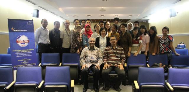 Foto bersama peserta Workshop dengan Pembicara, Professor Leonard Sebastian dan Convener, Tirta Mursitama, PhD