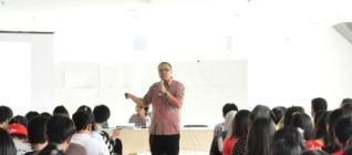 Staf Khusus Presiden bidang Hubungan Internasional, Dr. Santo Darmosumarto, memberikan kuliah umum mengenai Politik Luar Negeri Indonesia di Era SBY kepada mahasiswa HI Binus