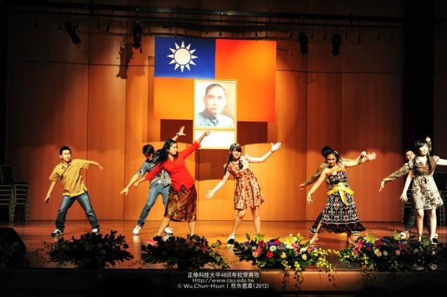 Mahasiswa HI Binus yang melakukan pertukaran pelajar di Cheng Shiu University Taiwan, memperkenalkan budaya Indonesia dalam peringatan ulang tahun Cheng Shui University, Taiwan