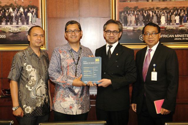Penyerahan Edisi Perdana Journal of ASEAN Studies (JAS) kepada Menteri Luar Negeri, Marty Natalegawa