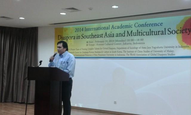 """Dr. Johanes Herlijanto , lecturer specialist, Departemen HI Binus memberikan kata sambutan di Konferensi Internasional """"'Diaspora in Southeast Asia and Multicultural Society'"""""""