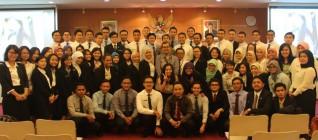 Tirta Nugraha Mursitama berfoto bersama dengan para calon diplomat Indonesia