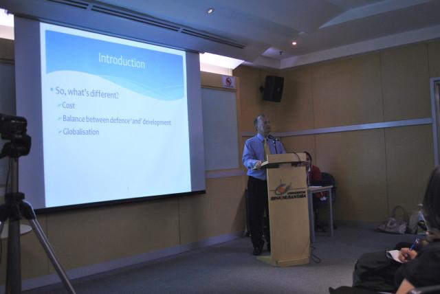 Prof. Ron Matthews dari RSIS, Singapore dan Cranfield University, UK memaparkan materi mengenai Defence Economics