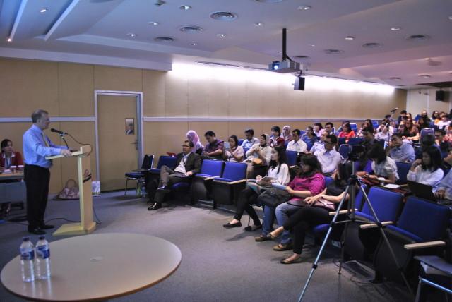 mahasiswa HI Binus dan Mahasiswa S2 Universitas Pertahanan Indonesia mendengarkan pemaparan Prof. Ron Matthews
