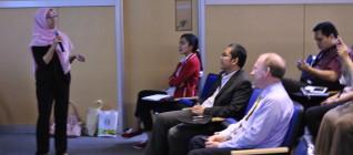 Curie Maharani, PhD Candidate Cranfield University sekaligus dosen HI Binus memperkenalkan Prof. Ron Matthews kepada mahasiswa