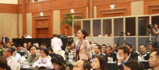 Dosen HI Binus, Mutti Anggitta, melemparkan pertanyaan kepada panelis