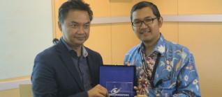 Penyerahan Token of Appreciation oleh Dr Tirta Mursitama kepada Dr Dino Patti Jalal