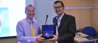 Pemberian token of Appreciation oleh Tirta Mursitama, PhD kepada Prof. Ron Matthews