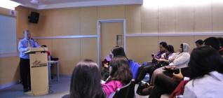 mahasiswa HI Binus menyimak pemaparan Prof Ron Matthews
