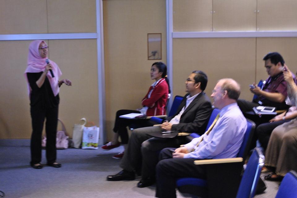 Curie Maharani, PhD Candidate sekaligus Dosen HI Binus menjhadi moderator dalam acara kuliah umum bersama Prof. Ron Matthews