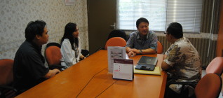 Diskusi antara Prof. Jun Honna dan Tim dari Departemen HI Binus, Johanes Herlijanto, Ph.D, Ibu Mutti Anggitta, dan Tirta Mursitama, PhD