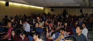 Mahasiswa HI Binus memperhatikan dengan seksama kuliah yang diberikan Mayor Agus Yudhoyono