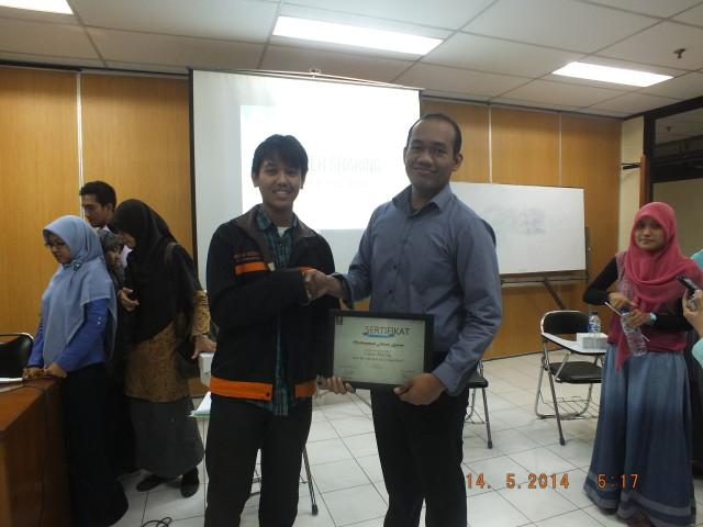 pemberian sertifikat oleh ketua panitia kepada Mochammad Faisal Karim