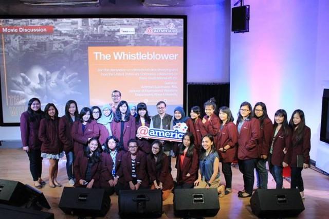 Foto Bersama antara Pembicara dan Mahasiswa HI Binus