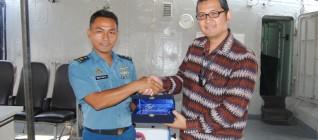 Pemberian Kenang-kenangan oleh Mayor Ristanto kepada Tirta Mursitama PhD