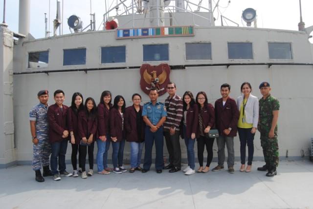 Mahasiswa HI Binus bersama Mayor Ristanto di KRI Teluk Celukan bawang