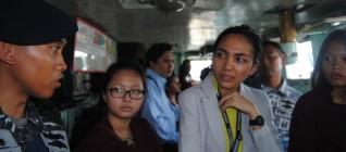 Mahasiswa mendengarkan penjelasan awak KRI di Anjungan Kapal