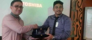 IR BINUS Group Leader, Ardi, Student of IR BINUS gives a toke of appreciation