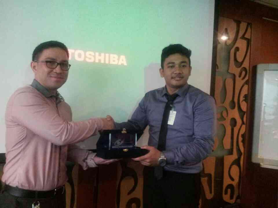 IR BINUS Group Leader, Ardi, Student of IR BINUS gives a toke of appreciation