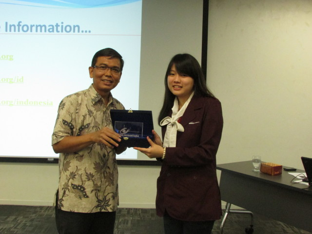 Perwakilan Mahasiswa HI BINUS, Nova Joanita memberikan plakat kepada perwakilan World Bank