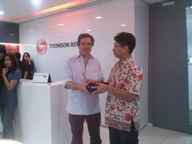 Pemberian token of appreciation dari HI Binus kepada Kepala Reuters, jonathan thatcher