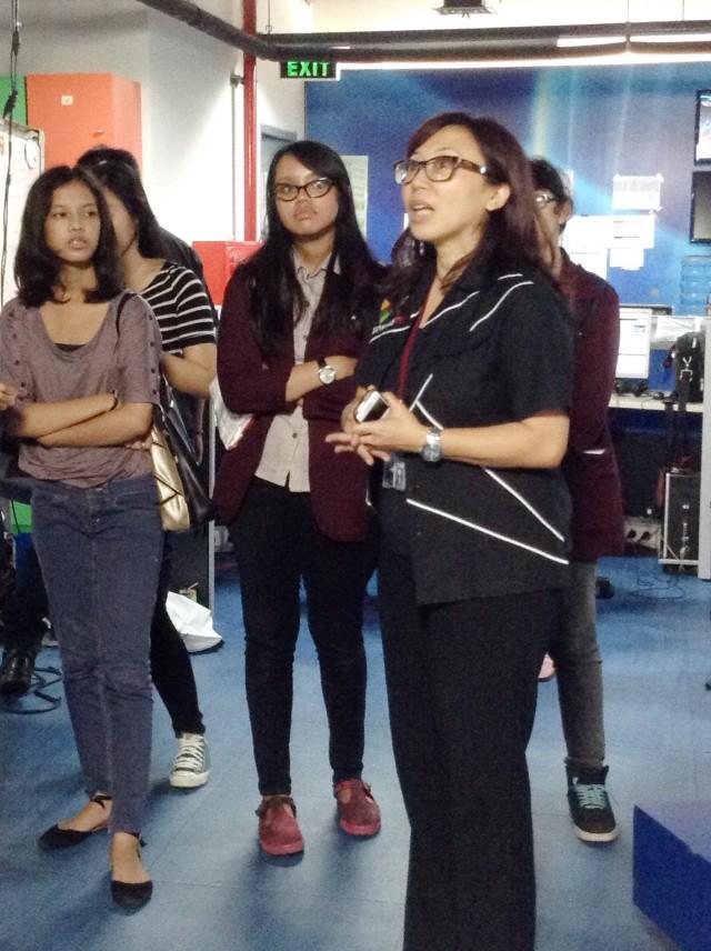 Yulia Padmo memberikan penjelasan kepada mahasiswa HI Binus