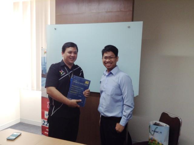Achmad Sukarsono, Dosen HI Binus, memberikan kenang-kenangan kepada perwakilan Kompas TV