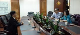 Dr. Tirta berdiskusi dengan Dr. Huang