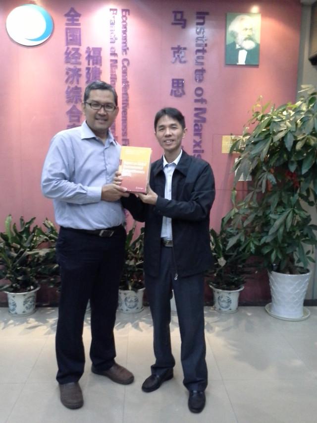 Penyerahan buku dari Dr Tirta kepada Mr. Huang, Dean of Confusius Institute Jakarta