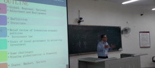 Dr. Tirta memberi paparan di Kelas FNU