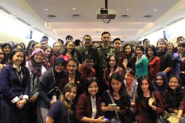 Mahasiswa HI Binus Foto Bersama dengan Mayor (inf) Agus Harimurti Yudhoyono dalam acara The 9th IR Lecture Series