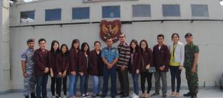 Mahasiswa HI Binus bersama Mayor Ristanto di KRI Teluk Celukan Bawang,