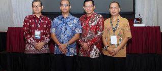 Doktor Tirta berfoto bersama Sekretaris Kabinet RI Andi Widjajanto, Rektor UBL Prof. Suryo Hapsoro, Ph.D., dan Ketua Pelaksana Konvensi Nasional AIHII Yusron, M.Si..