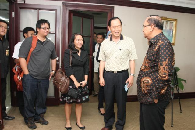 Visiting Professor HI Binus dari National Sun Yat Sen University bersama Dosen HI Binus Ratih Wagiswari mengunjungi Ketua MPR untuk mendiskusikan politik Indonesia di tahun 2014