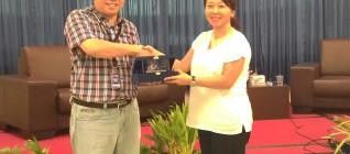 Pemberian Kenangan-kenangan pada Vice General Manager Kompas TV Yulia Supadmo