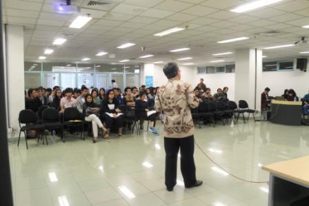 Bapak Rafendi memberikan kuliah umum di depan ratusan mahasiswa HI BINUS