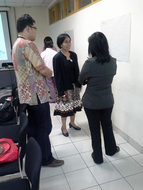Para Dosen Berdiskusi saat mengikuti pelatihan