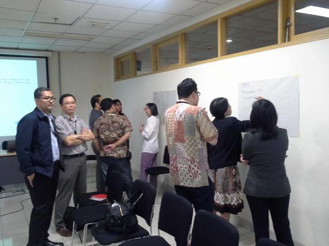 Prof. Tirta dan Dr. Shidarta (kiri) sedang mengamati jalannya pelatihan.