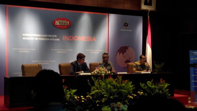 Kepala Program UNODC Alan Cole (kiri) dan Direktur KIPS Kemlu Andy Rachmianto (tengah)
