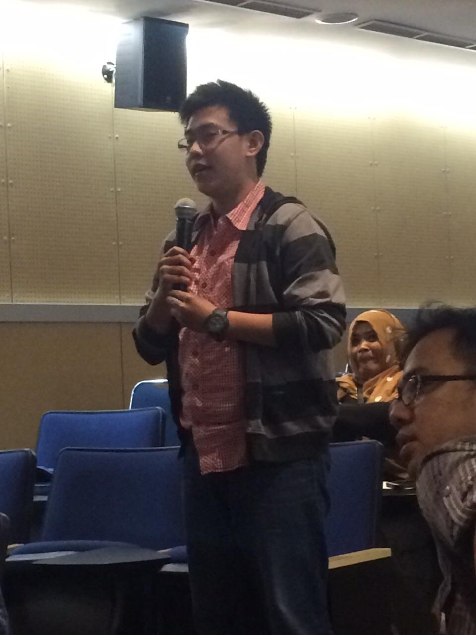 Mahasiswa HI Binus sedang memberikan pertanyaan