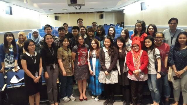 Foto bersama pembicara dengan peserta