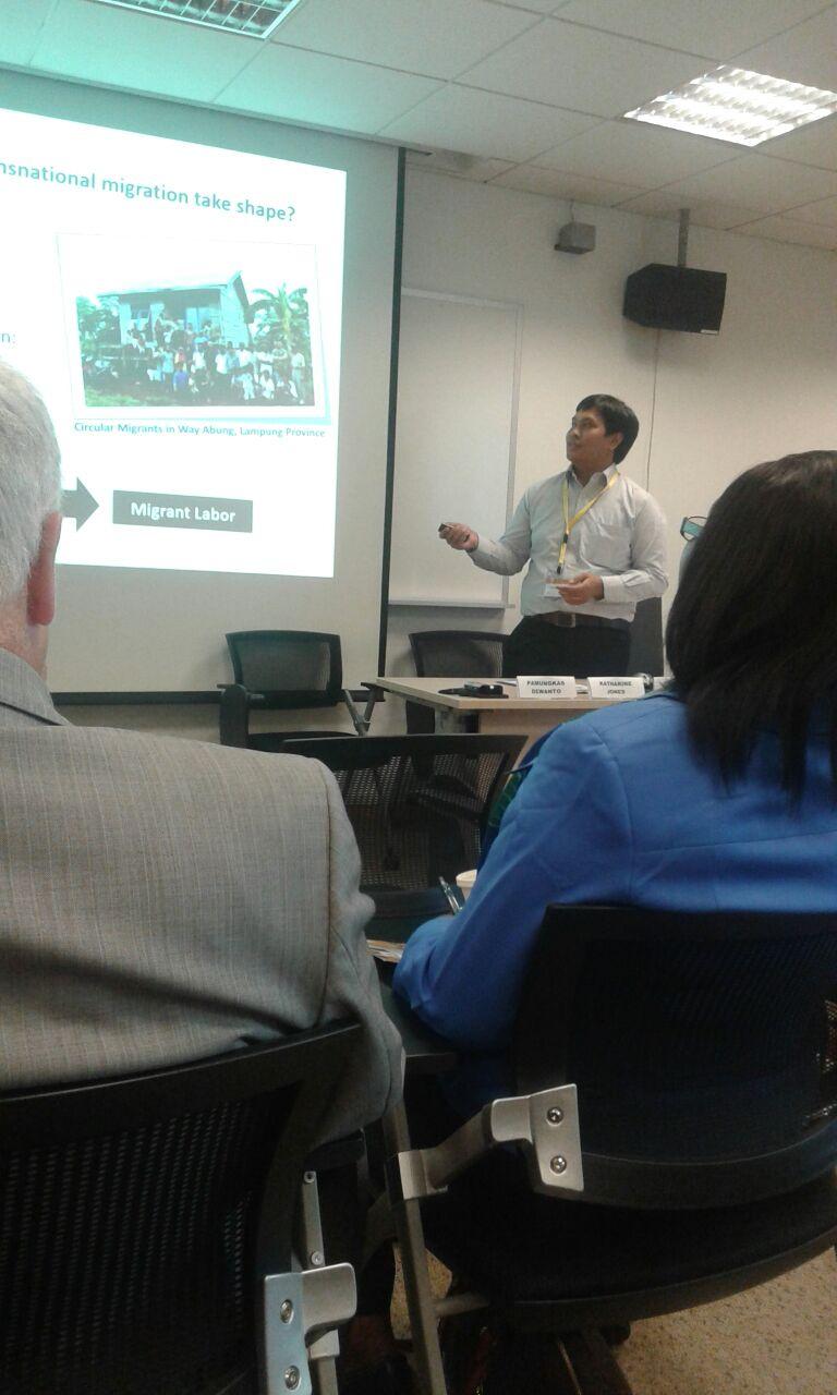 Pamungkas sedang presentasi mengenai buruh migran