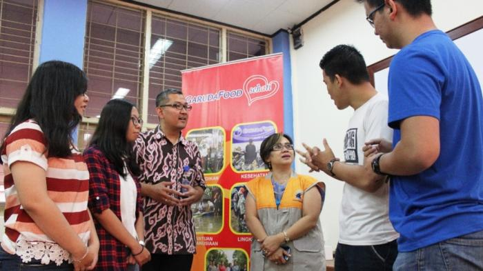 Head of Market Insight GarudaFood Group, Asisia Niken berdialog dengan Head of International Relations Department Prof. Tirta Mursitama, Ph.D dan beberapa Mahasiswa_i Univeritas Bina Nusantara