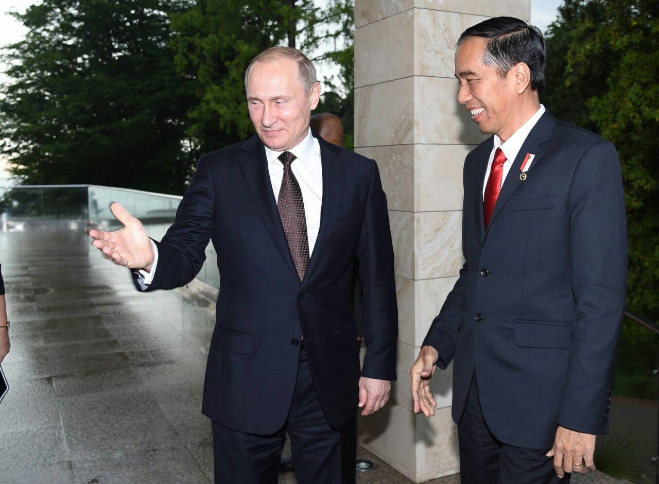 Presiden Jokowi disambut Presiden Putin di Bucherov Rucey, Sochi, Rusia (18_5). (Foto_ BPMI_Rusman)