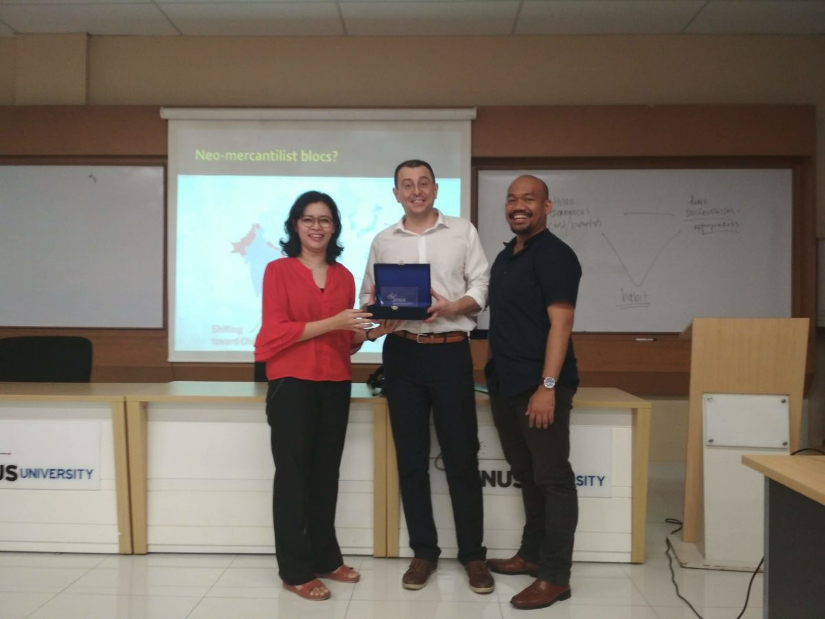Assoc. Prof. Srdjan Vucetic (University of Ottawa) bersama Dinna Wisnu dan M. Faisal Karim (Departemen Hubungan Internasional Binus)